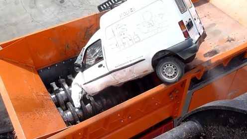 被扔进大型粉碎机里的汽车,会发生什么事情?场面好壮观了!