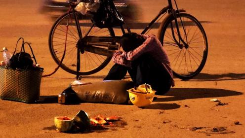 大妈深夜路边哭泣 为儿子庆祝高考的西瓜碎了一地