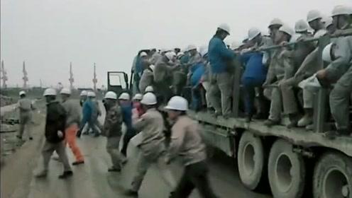果然是富贵险中求啊,一辆大货车,居然敢拉这么多工人!