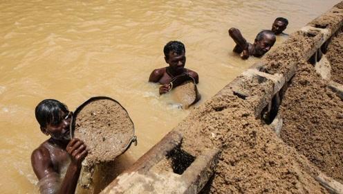 印度女子恒河边遭两男子猥亵,警察却熟视无睹,网友:禽兽啊
