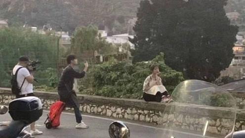 王俊凯给杨紫拍照,买完东西的两人被网友调侃像是回家过年