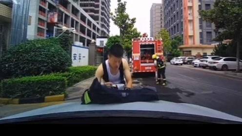 心疼!消防员趴引擎盖上吃泡面 担心弄脏车走时用衣服擦拭