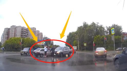 万元小车路口狂飙,连续撞击2辆豪车!司机抱头后悔不已!