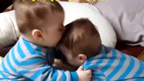 把双胞胎放床上玩耍,笑惨了,双胞胎小宝宝卧室互啃