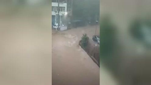 四川巴中发布暴雨蓝色预警:车辆被淹 街道变河道