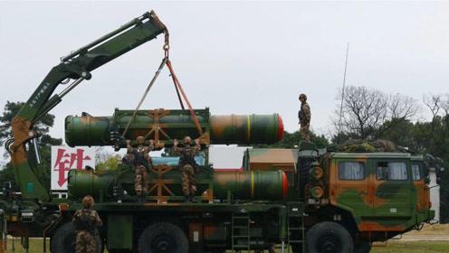 """女兵玩转""""大杀器"""" 40吨导弹车上百个操作按钮信手拈来"""