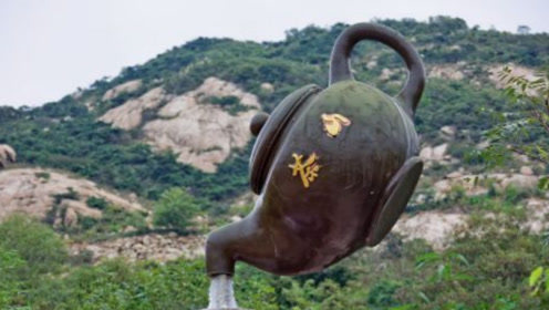 青岛悬空茶壶从来没有断过水,外国朋友看后表示摸不着头脑!