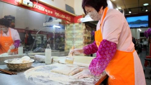 60岁还能做什么?她每天工作16小时,卖3000根小吃,给力