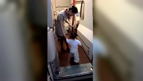携爱女回家看望外婆 在飞机上被空间牵手 太可爱了