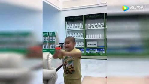 这孩子学周星驰耍帅,简直神了!