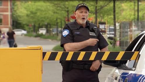 路人推障碍杆打破警车车窗?老外爆笑恶作剧。网友:当场抓住
