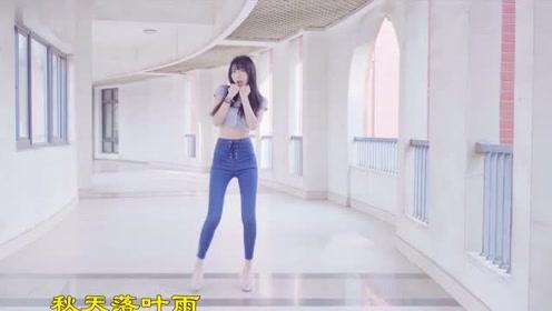 清纯小姐姐走廊热舞少女时代GEE,小白衫搭配牛仔裤