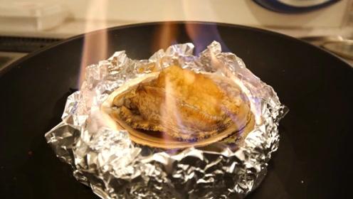 日本小伙把高度酒点着,鲜活的鲍鱼放进去烧着吃,美味
