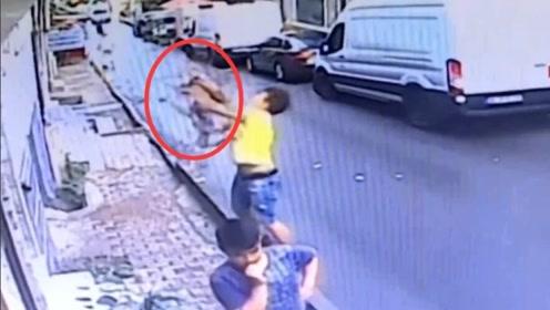 土耳其2岁女童坠楼,17岁帅气男孩瞬间将其接住