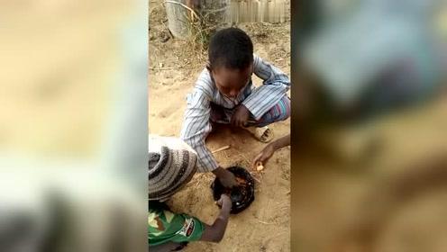 看几个非洲小孩吃工地上的剩饭,手也没洗!