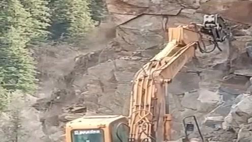 挖掘机司机:好险!以后就是给100000月薪,也不干这活了!