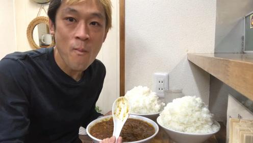 大胃王吃播,两大碗米饭配两碗咖喱肉末,用勺子大口舀着吃,带劲