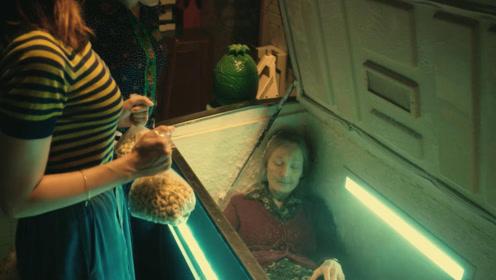 女孩把外婆冻在冰箱,制造出还在世的假象,骗过了所有人