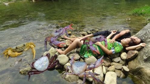 荒野求生:农村姐弟俩在深山里发现大螃蟹的窝,这下子乐坏了