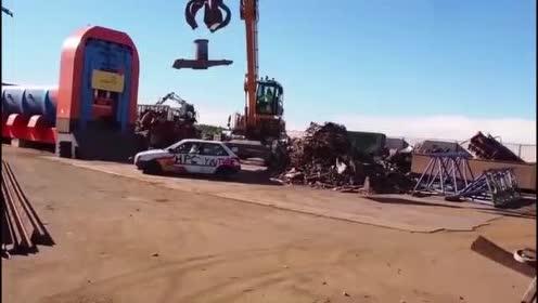 3吨重的钢板砸在小汽车上,结果会发生什么?