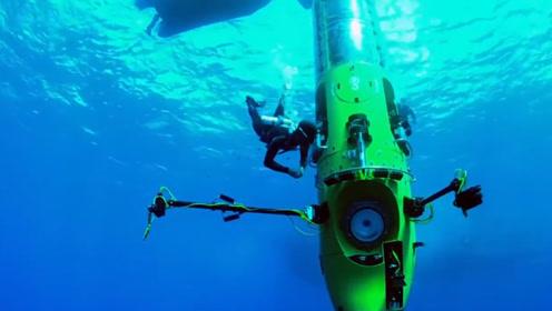 海底惊现人体雕塑,引来潜水者的围观,网友:这古迹值得欣赏