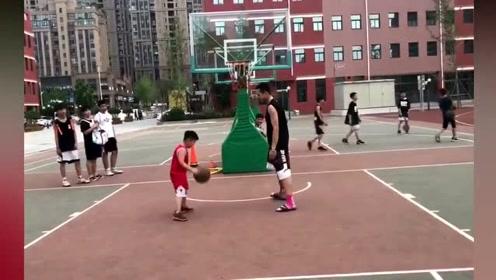 二年级的小朋友打篮球,把20多岁的小伙子虐的一塌糊涂