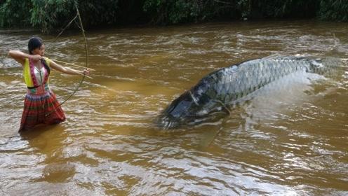 荒野求生:农村大姐用原始方法抓到条罕见怪鱼,这下子乐坏了