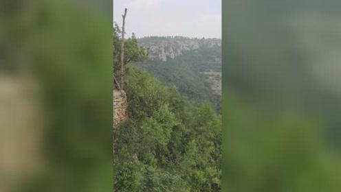 悬崖村海拔将近800米,环境非常好!