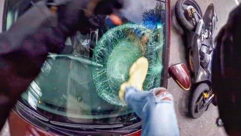 女司机并线撞翻摩托车,骑手一怒之下踹烂挡风玻璃!