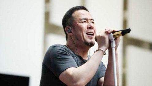 杨坤现身演唱会彩排现场 手握立麦卖力演唱神情专注