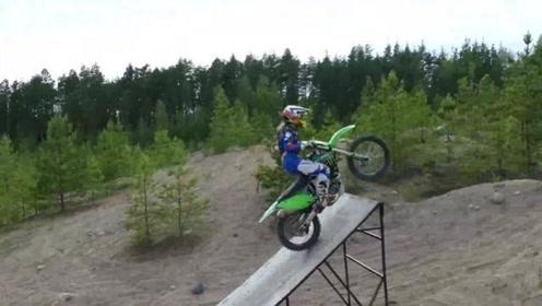 骑上我可爱的小摩托:川崎KX250,给我个斜坡,可以跳上月球