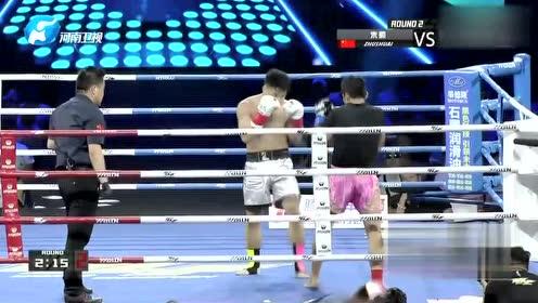 朱帅与对手开始互拼 不断出拳场面一片激烈!