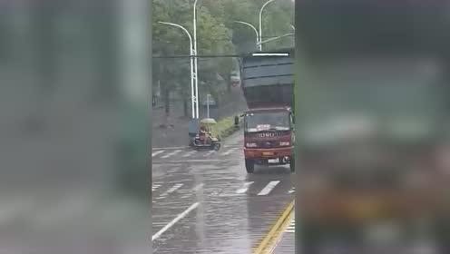 """大货车摆出""""起飞""""姿势 扯断路口架空线"""