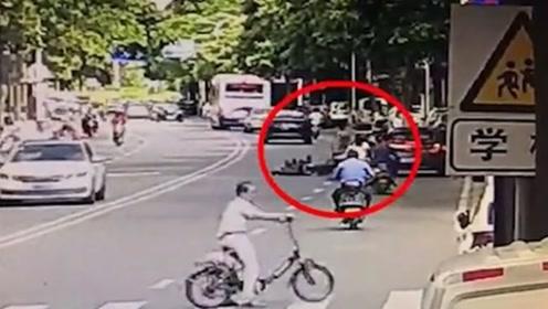 司机路边突然开车门 老人被撞倒地血流不止
