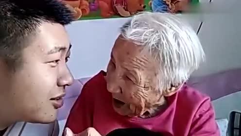 文哥问97岁奶奶:一手遮天啥意思?奶奶:在家不就一手遮天了吗?