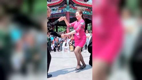 大爷和漂亮女粉丝跳舞,很是开心