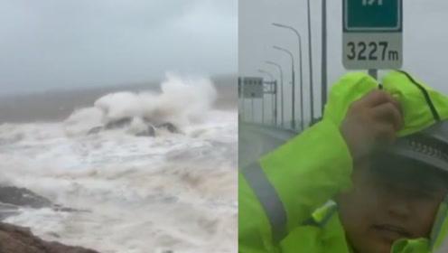 """超级台风""""利奇马""""来袭!交警在狂风中站不稳仍坚持做安全提示"""