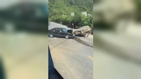 祸从天降!轿车行驶途中被巨石砸中 车头受损严重几乎报废