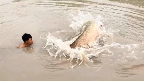发大水,农村大叔到河里撒网,接下来发生的事让人意想不到