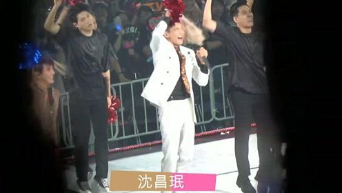 男星演唱会跳太嗨假发都摇掉了,身后伴舞笑容灿烂超开心