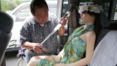 60多岁日本老人爱上仿真娃娃,不惜与妻子分居,只为和娃娃生活