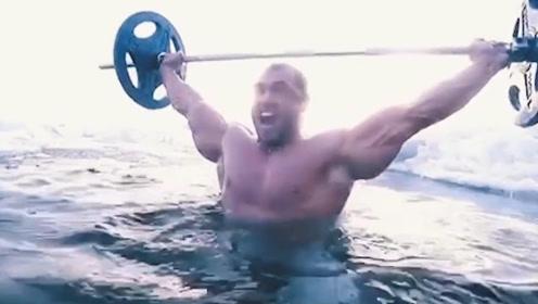 """俄罗斯健身界""""狂人"""",力量逆天,泳池中举起230KG杠铃"""