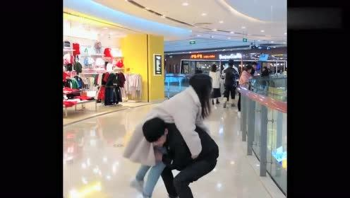 惹女友生气了,小伙直接扛起了她,霸气!