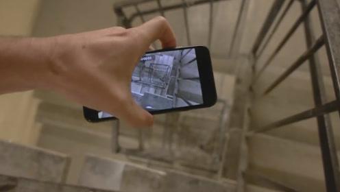 把手机扔下旋转楼梯,能拍到什么画面?场面一度很壮观