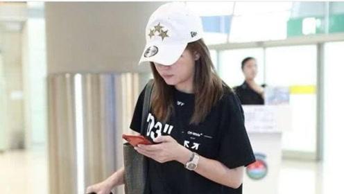 赵薇带女儿现身机场,母女俩低调优雅,酷似姐妹花