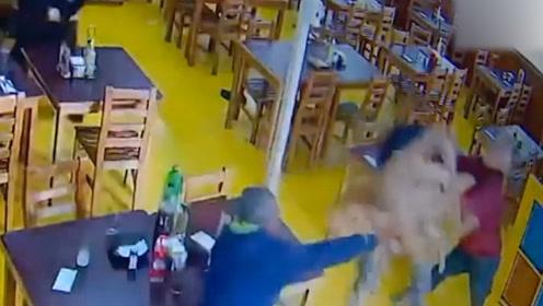 干的漂亮!智利男子持刀进餐馆抢劫 老板一怒之下连番甩椅攻击