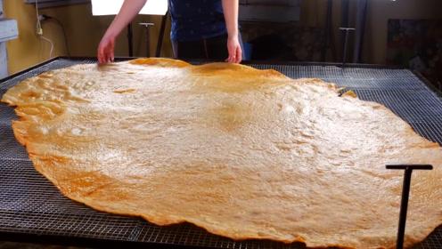 国外小哥自制2米长的薯片,足足用了100个土豆,网友:厉害