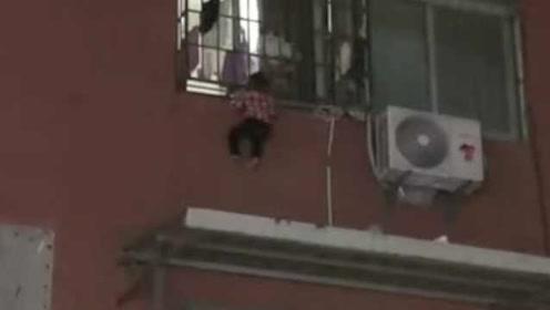 惊险!男童头卡3楼防盗窗,身体悬空不断挣扎,辅警急救援