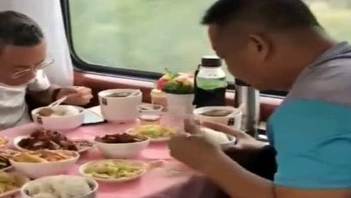 有钱人在哪里都一样潇洒,火车上一顿饭,顶我一个月的伙食