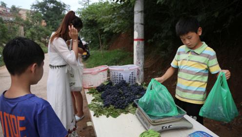 54岁妈妈带11岁儿子卖葡萄还债,孩子从7岁开始摆摊赚钱